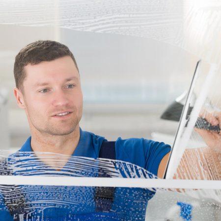 Fensterputzer Weißenburg bei der täglichen Glasreinigung.